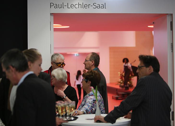Das Eintreffen der Gäste vor dem Paul-Lechler-Saal.