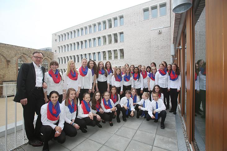 Der Junge Kammerchor der Musikschule Böblingen versammelt sich vor seinem Auftritt.