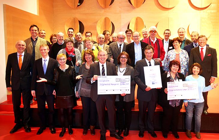 Die beiden Gewinnerprojekte auf der Bühne zur Scheckübergabe und der Projektvorstellung.